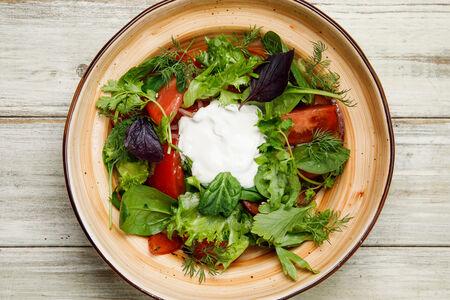Салат Ароматные помидоры с лучком, тархуном и сметаной