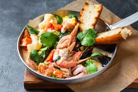 Сковорода с морепродуктами в сливочном соусе