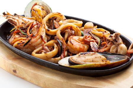 Морепродукты на горячей сковороде