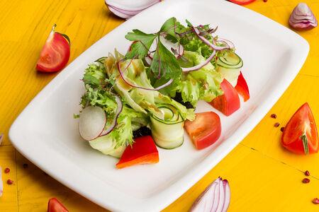Салат с овощами и пастой из маслин