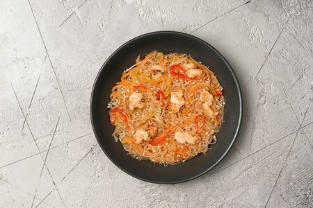 Вок фунчоза с креветками в кисло-сладком соусе