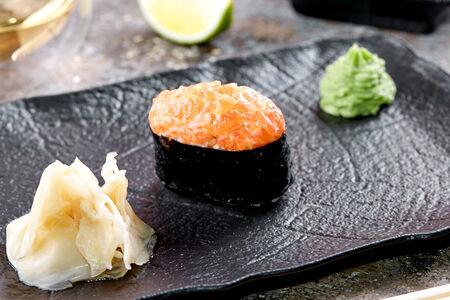 Суши острые лосось