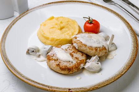 Котлетки куриные с соусом из белых грибов