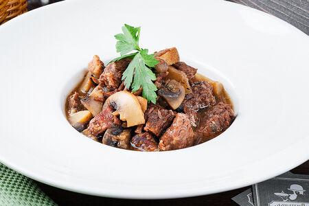 Тушёная говядина по-бургундски с грибами и луком