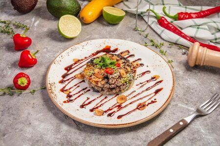 Салат с теплой говядиной и баклажанами