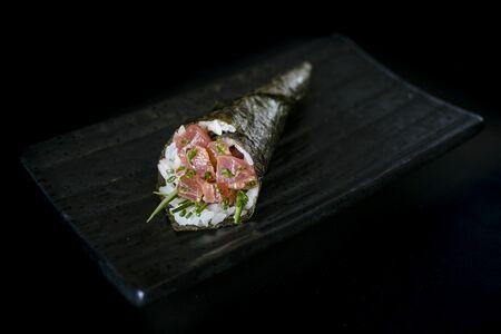 Ручной ролл с тунцом в остром соусе (1шт)