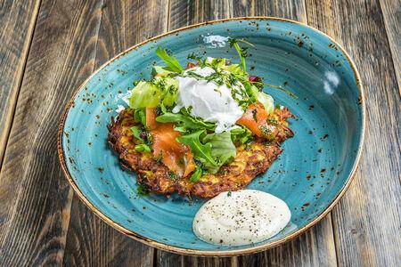 Драник картофельный с лососем и яйцом пашот