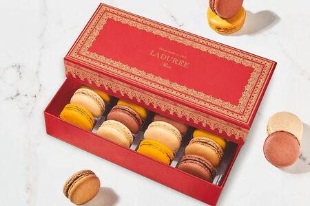 Набор из 12 макарон в красной коробке Наполеон