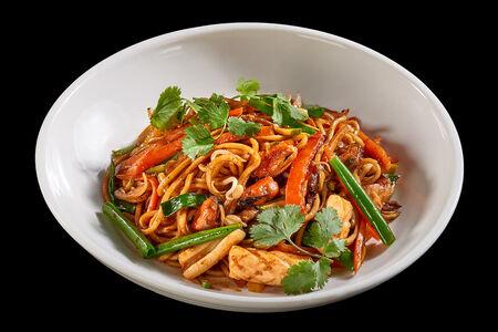 Китайская лапша с кальмаром, мидиями и овощами