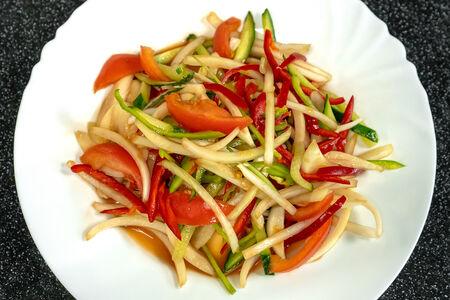 Салат из огурцов в остром соусе в стиле донгбей