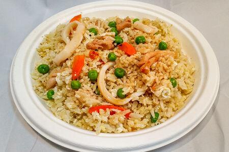 Рис по-кантонски с кальмаром и курицей