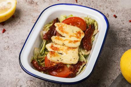 Салат Афродиты с сыром халуми и вялеными томатами