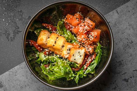 Салат с лососем и жареным сыром халуми