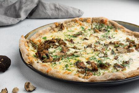 Пицца с лесными грибами и трюфелем