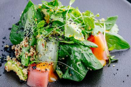 Салат с подпечённым тунцом