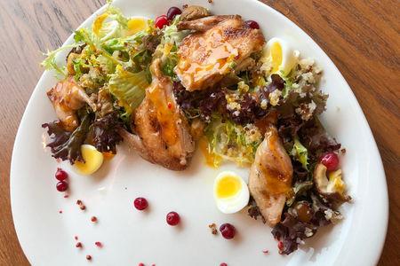 Салат с перепелкой, белыми грибами и брусникой