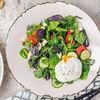 Фото к позиции меню Салат с овощами, зеленью и яйцом пашот