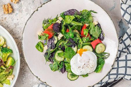 Салат с овощами, зеленью и яйцом пашот