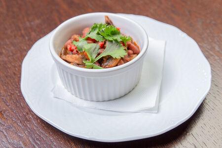 Красная фасоль с грибами в томатном соусе