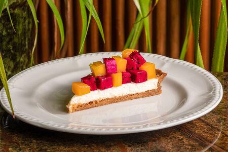 Тарт с манго и драконьим фруктом