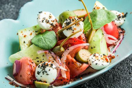 Греческий салат со сферами из домашнего сыра фета