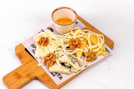 Ассорти сыров с орешками и мёдом
