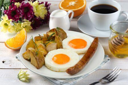 Жареное яйцо,колб.охот,карт печеный+нап