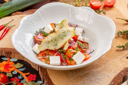 Салат из томатов с брынзой