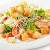 Фото к позиции меню Цезарь с креветками, сыром Пармезан и пшеничными гренками