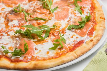 Пицца с лососем, рукколой и сливочным кремом