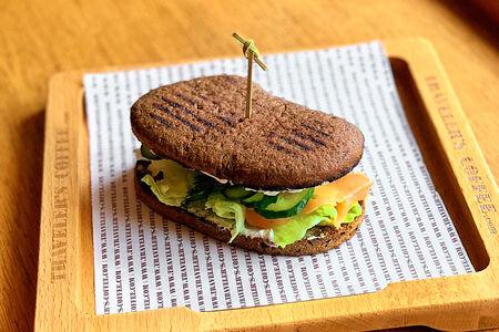 Сэндвич с лососем на ржаной чиабатте