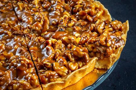 Карамельный пирог с грецким орехом