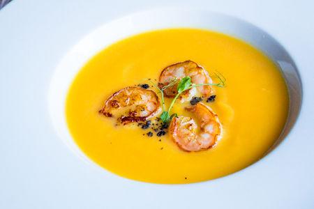 Тыквенный крем-суп с имбирем и креветками