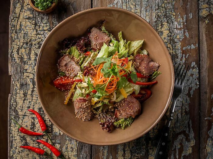 Микс салат с телятиной в азиатском стиле