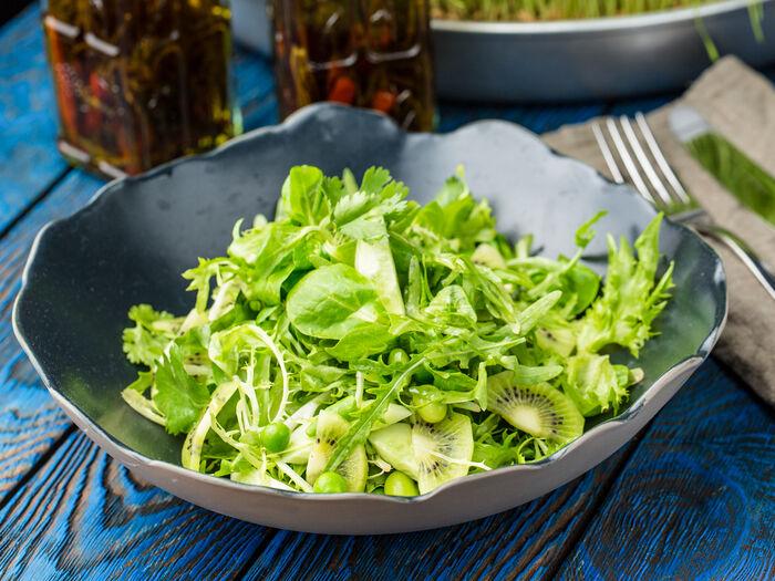 Зеленый салат с овощами и соусом юдзу