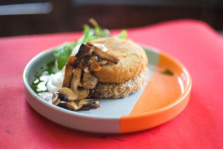 Хашбраун с веганской сметаной и жареными грибами