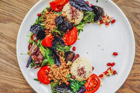 Салат с печеной свеклой, хумусом и булгуром