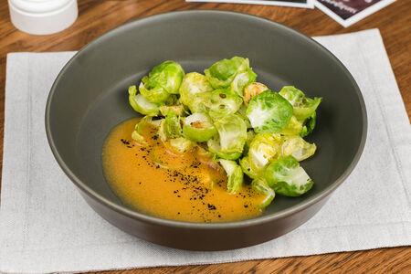 Обжаренная брюссельская капуста с овощным соусом