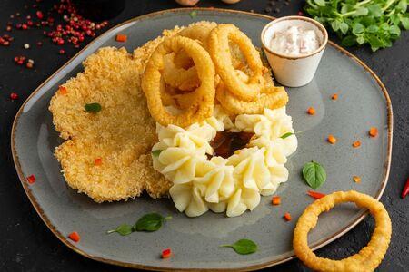 Шницель куриный с луковыми кольцами и картофельным пюре