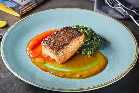 Стейк из спинки лосося со шпинатом