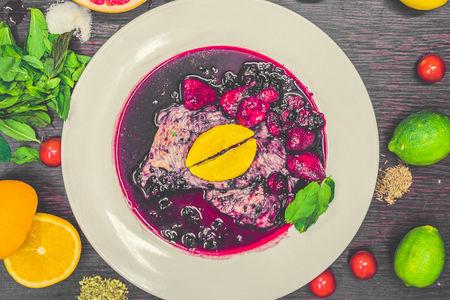 Стейк из индейки под ягодным соусом