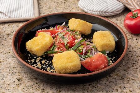 Жареный сулугуни с красными томатами