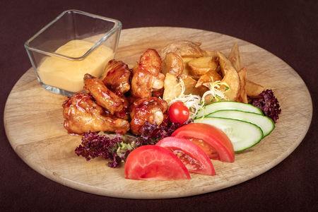 Куриные крылышки с картофелем и свежими овощами