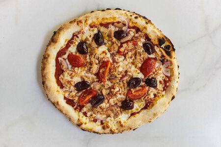Пицца с тунцом и оливками Каламата