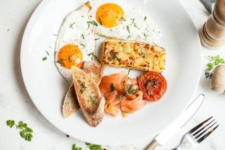 Pâté: картофельный гратен, глазунья из 2 яиц, томаты, гренки