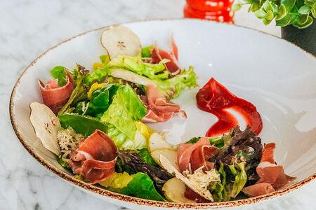 Салат с пармской ветчиной под клубничным соусом