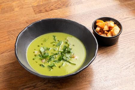 Крем-суп из зеленого горошка с копченостями