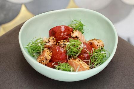 Татаки из лосося с томатом в соусе арахисовый хойсин