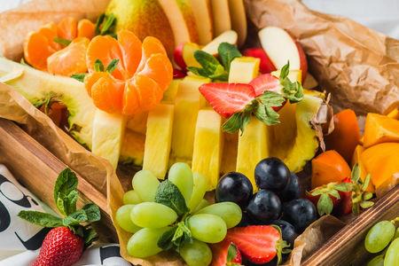 Корзина с сезонными фруктами
