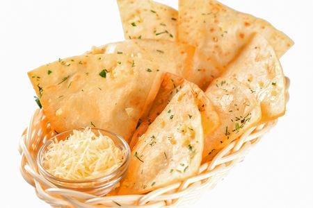 Запеченная тортилья с чесноком, зеленью и сыром пармезан